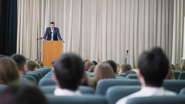 Ansager leitet Seminar im Saal