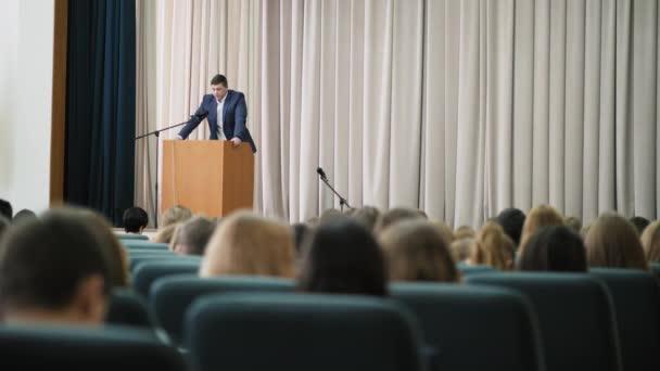 Mužské hlasatel vede seminář v hale