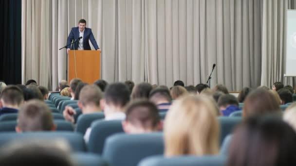 Der Politiker tritt vor Publikum auf die Bühne