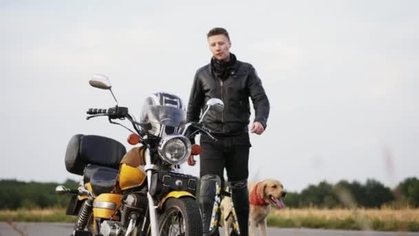 Motorkář se pes posadí na motorce