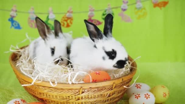 Két kis húsvéti nyuszi egy fonott kosárban