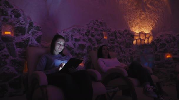 A sóbarlang a sóterápia pihentető két nő