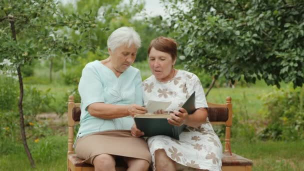 Dvě starší ženy se postarali o své staré fotky