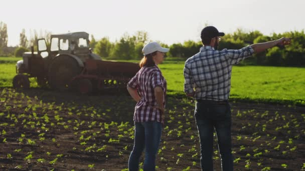 Diskuse o dvou farmářů v terénu