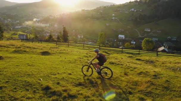 Žena na kole v horách
