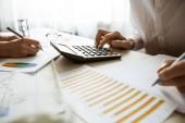 Rukou účetní práce na kalkulačce a připravit finanční