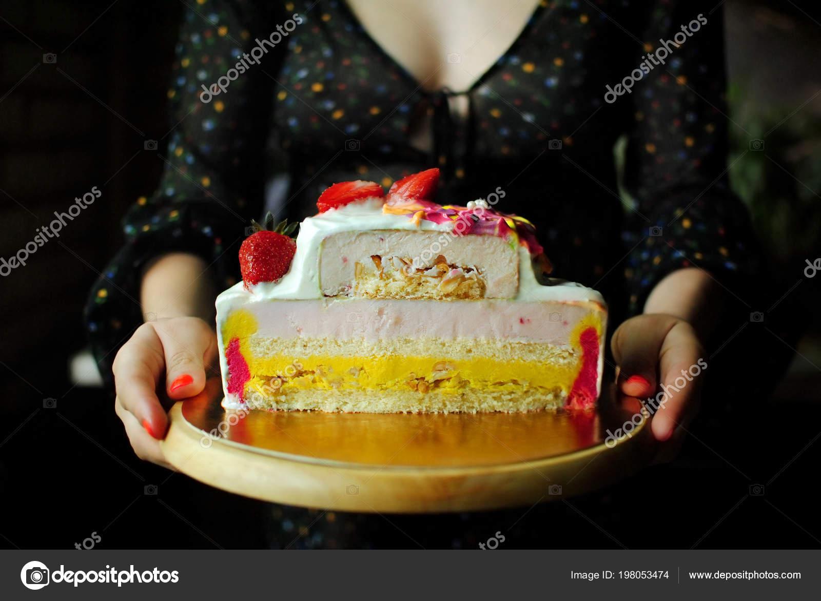 Ein Konditor Halt Einen Geburtstagskuchen Ein Madchen Einem Kleid