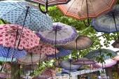 Fotografia Ombrelloni sono colorati un sacco di diverse sulla strada in estate