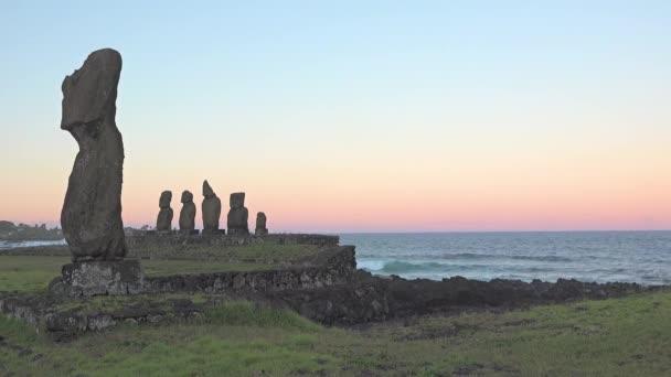 Húsvét-szigeti szobrok a reggeli órákban.