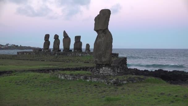 Chilében. Húsvét-sziget. Kőszobrok a Csendes-óceán partján