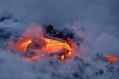 Büyük Ada Hawaii, ABD 'deki lav volkanik patlamasından okyanusa akan lavlar..