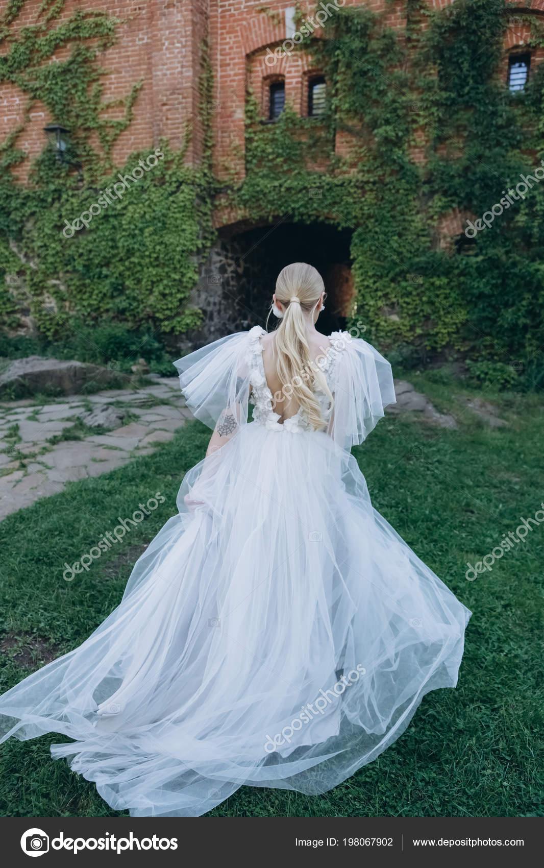Ruckansicht Der Junge Braut Schonen Hochzeitskleid Vor Alten Gebaude
