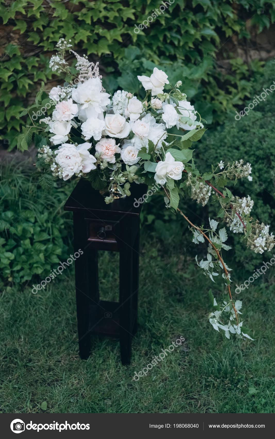 Krasne Bile Kvetinove Kytice Jako Svatebni Dekorace Stojanu Zahrade