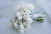 felülnézet gyönyörű menyasszonyi csokor fehér fa padló