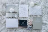 Fotografie pohled shora na svatební pozvánky na chlupatý koberec