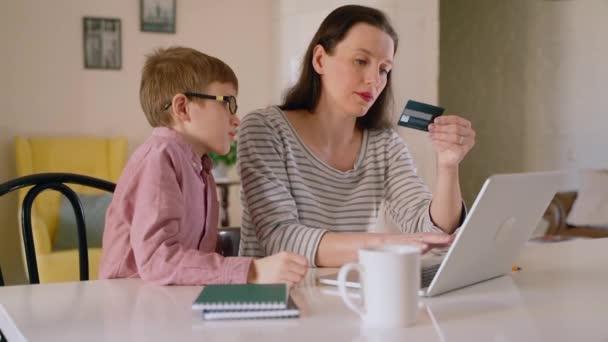 Glückliche Mutter und niedliches Kind Sohn mit lernen, Laptop zu Hause zu verwenden Spbas, lächelnde Mutter lehren