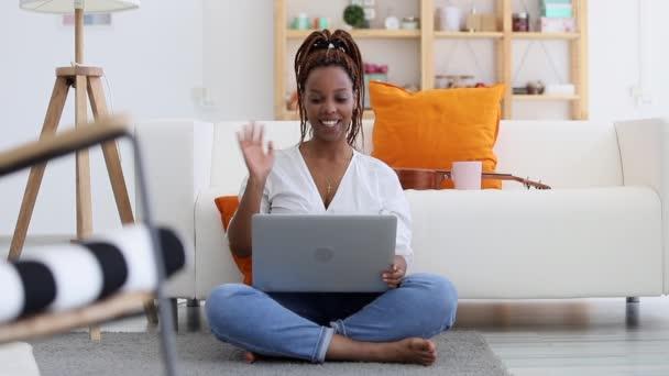 Mladá krásná žena pomocí notebooku a mají on-line mluvit v bytě interiéru spbi.