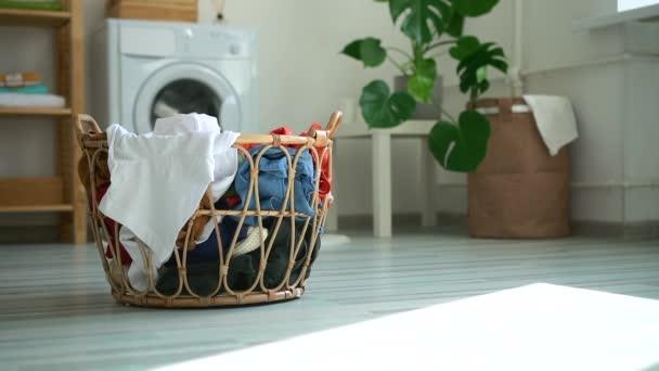 Közelkép a kosár koszos ruhák áll a padlón a mosodában spbd.