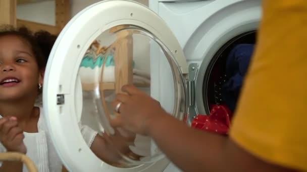 Fiatal anya és aranyos lánya csinál házimunka és szórakozás apartman spbd.