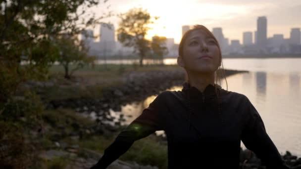 Krásné zdravé ženské běžec protahování a dýchání mimo město východ