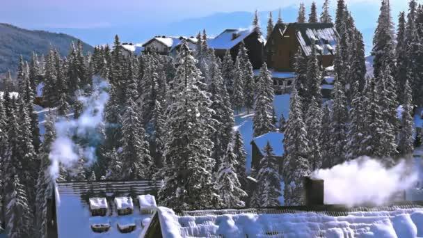Kouzelná zimní horské krajiny scéna s sněhu a dřevěné domy a kouřové komíny