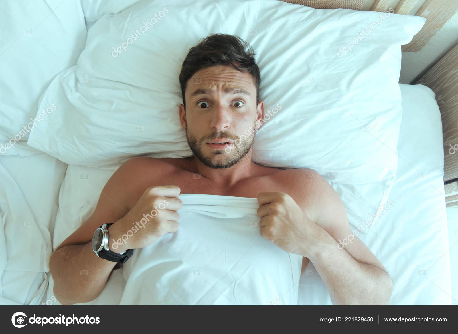 Gut Aussehender Mann Schlafzimmer Nackt Verlegung Wundert Sich Über ...