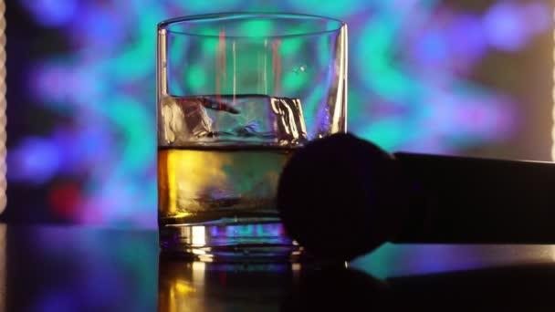 sklenice s pitím v karaoke baru
