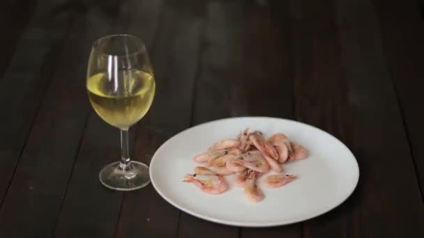 vařené krevety na talíři