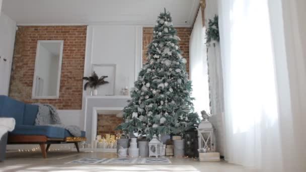 Krásný nový rok je interiér s vánoční stromek a ozdoby
