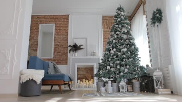 Gyönyörű újévi belső, és a karácsonyfa díszek
