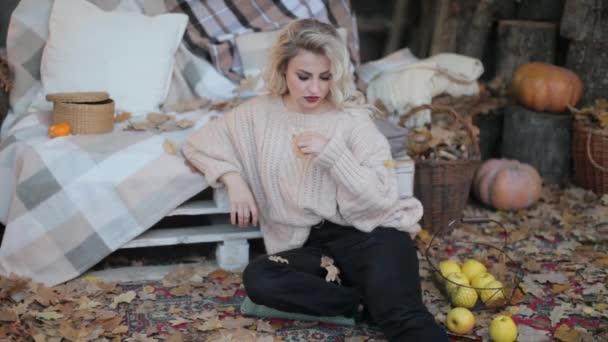 Blondes Mädchen im beigen Pullover bei einem Fotoshooting