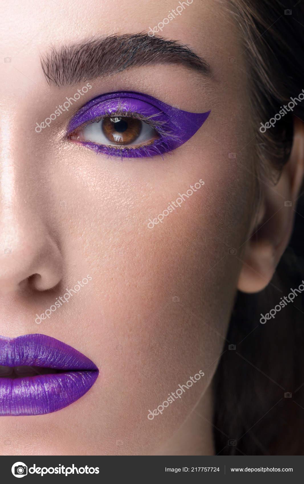 a4da5a057035 Κοντινό πλάνο την ομορφιά μιας γυναίκας με μοντέρνα ΜΑΚΙΓΙΑΖ. Λιλά χρώμα  shooter και κραγιόν για τα χείλη σε τόνο. Καλλυντικών