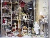 Praha, Česká republika, 01/03/2017, novoroční výkladní. Krásný výkladní přitahuje pozornost andělů, St. Mikuláš (Santa Claus), krásné malé detaily.