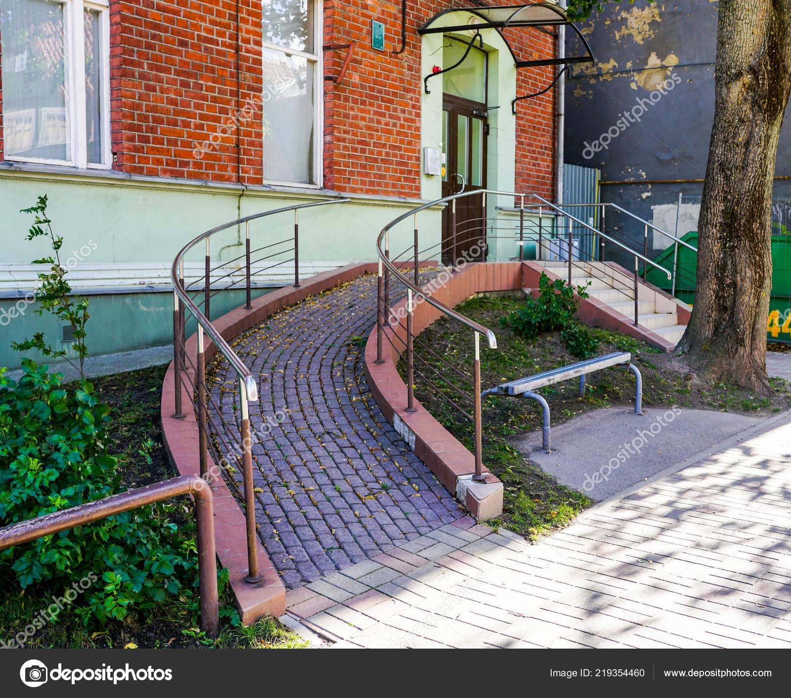 Extrem Eingang Mit Rampe Für Behinderte Rollstuhl Bauen — Stockfoto KO96