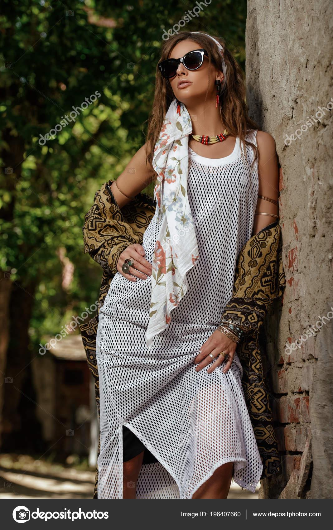 61d30627379a Θηλυκό Στυλ Γυναικεία Μόδα Μοντέλο Ποζάρει Boho Στυλ Ρούχα Έναν– εικόνα  αρχείου