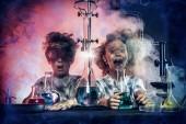Fotografia Bambini divertenti di scuola facendo esperimenti in laboratorio. Esplosione nel laboratorio. Scienza ed educazione