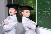 Fotografie Dvě chytré studenty stojí na tabuli na chemii lekce. Vzdělávací koncepce