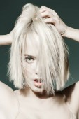 Detail portrét krásná blondýnka s nahé líčení tmavém pozadí. Krása, módní pojem. Make-up a kosmetiku. Účesy pro krátké vlasy