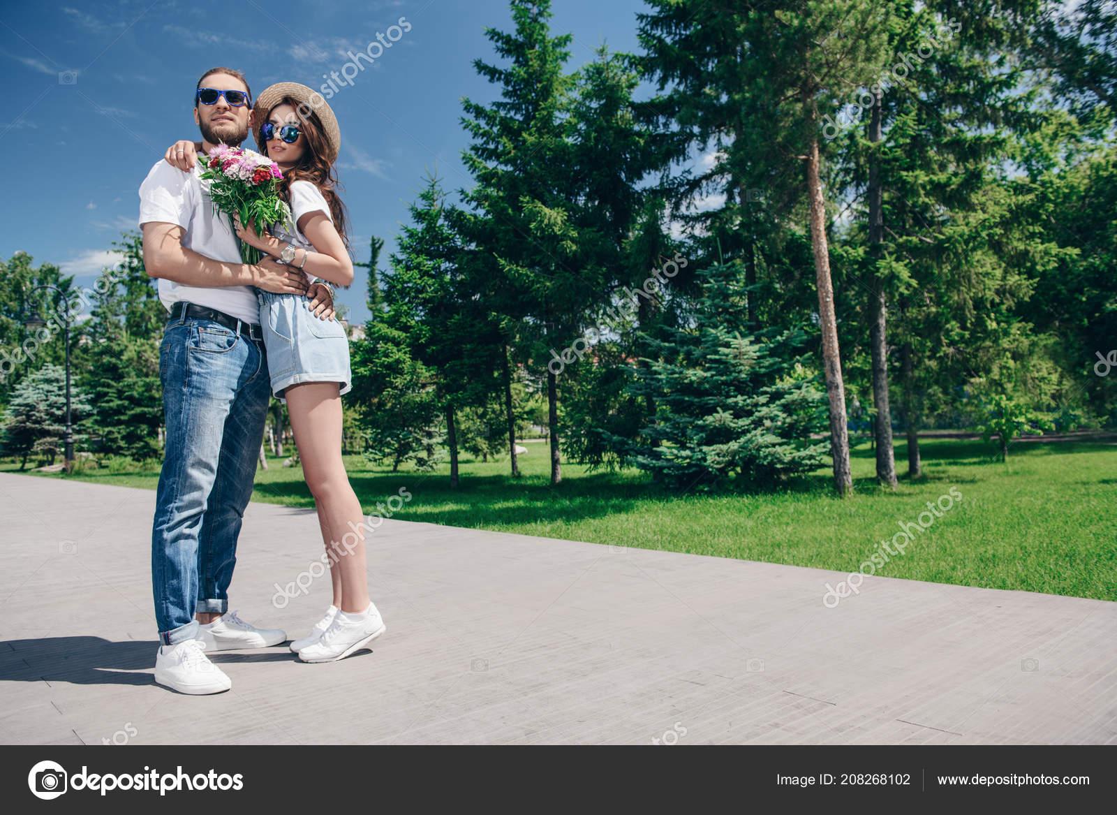 30298c7dd78 Gente Joven Feliz Amor Parque Día Soleado Verano Vacaciones Verano — Foto  de Stock