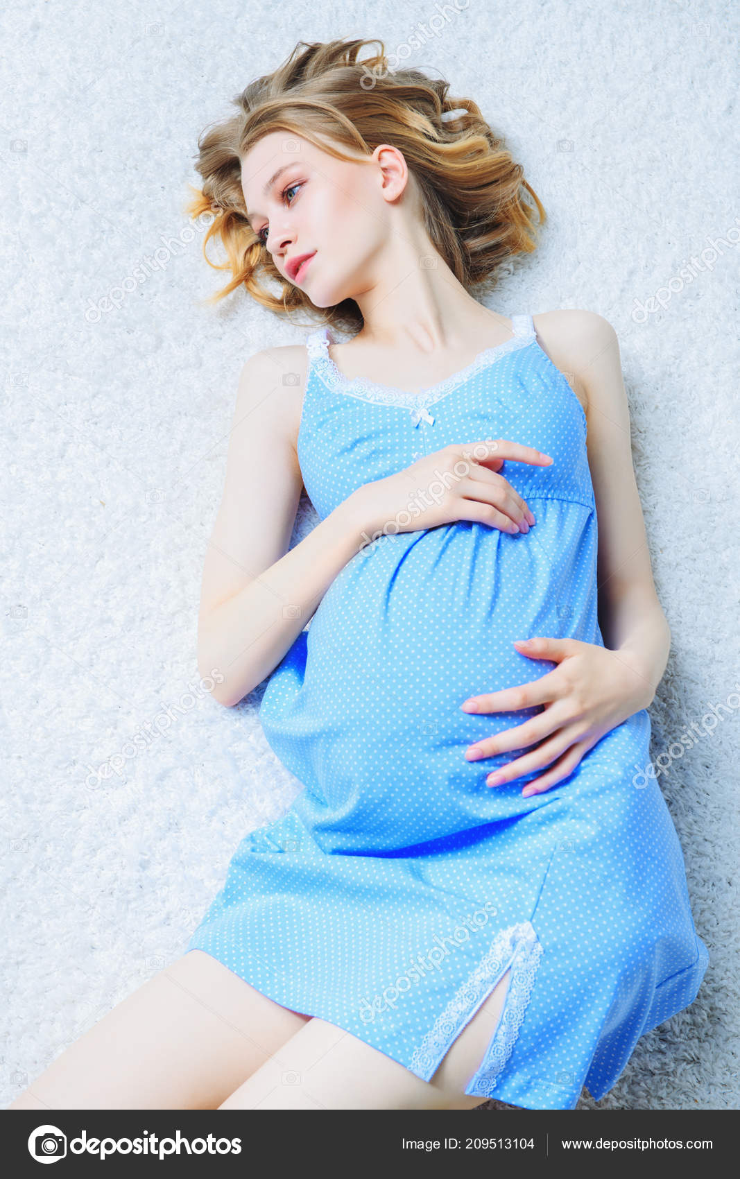 97b707358b Fiatal, terhes nő, fehér alapon kék ruha. Terhesség és az anyaság. Divat a terhes  nők számára — Fotó szerzőtől ...