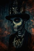 Fotografie Close-up Portrait eines Mannes mit einem Schädel Make-up gekleidet in einen Frack und einen Zylinder. Baron Samstag. Baron Samedi. Dia de Los Muertos. Day of The Dead. Halloween