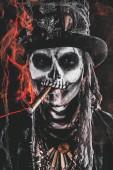 Fotografie Baron Samstag. Baron Samedi. Ein Mann mit einem Schädel-Make-up, gekleidet in einen Frack und einen Zylinder. Dia de Los Muertos. Day of The Dead. Halloween