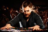Un uomo maturo ricco giocando a poker in un casinò. Gioco dazzardo, giocando alla roulette.