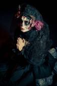 Fotografia Calavera Catrina in darkness. Sugar skull makeup. Dia de los muertos. Day of The Dead. Halloween.