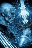 Fotografie Halloween. Detail portrétu strašný sněhu které zombie bojovník v brnění středověkého rytíře mečem
