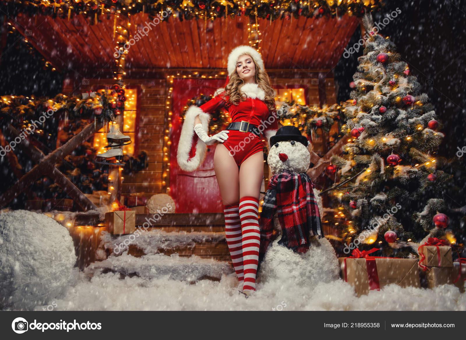 Capodanno Alla Casa Di Babbo Natale.Ragazza Sexy Della Santa Tuta Rossa Calze Righe Pose Vicino