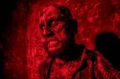 Strašidelné strašidelný zombie v červené světlo. Halloween. Horor film