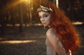 Fotografie Portrét tajemný Krásná dívka pózuje v lese. Krása, móda. Kosmetiku a make-up