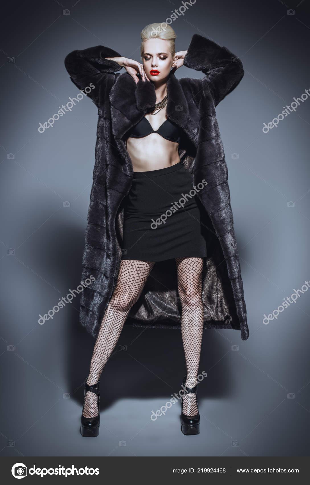 0a6ba1ce0 Mulher Bonita Com Casaco Pele Luxuoso Posando Estúdio Luxo Estilo —  Fotografia de Stock