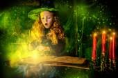 boldog halloweent. Aranyos gyermek lány boszorkány jelmez van egy boszorkány barlangjába. Aranyos, vidám kis boszorkány szakácsok a magic főzet
